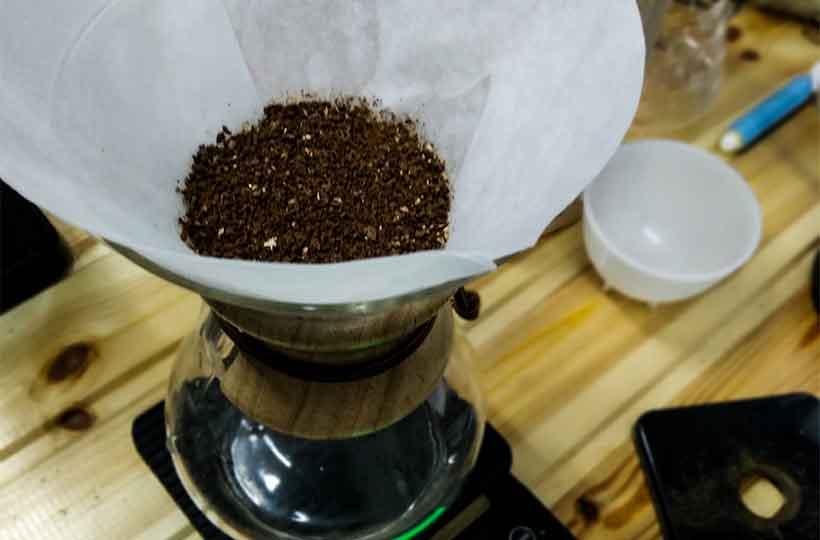 Разравнивание кофе в фильтре методом кемекс
